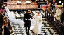 Meghan Markle entrega prêmio de moda a criadora de seu vestido de noiva