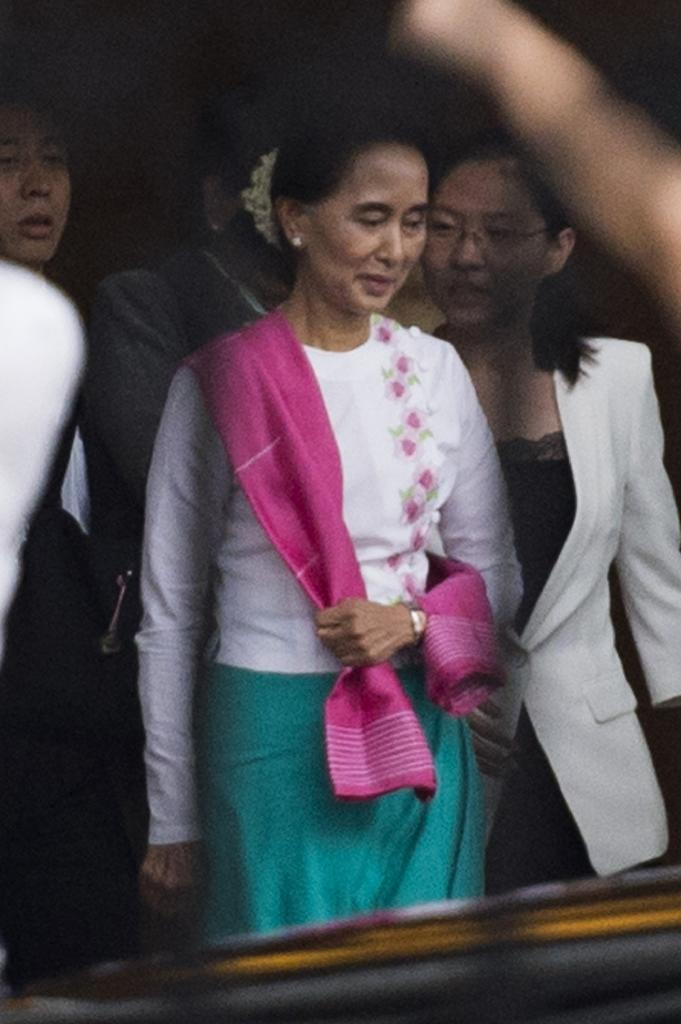 Myanmar pro-democracy leader Aung San Suu Kyi leaves the airport following her arrival in Beijing on June 10, 2015 (AFP Photo/Fred Dufour)