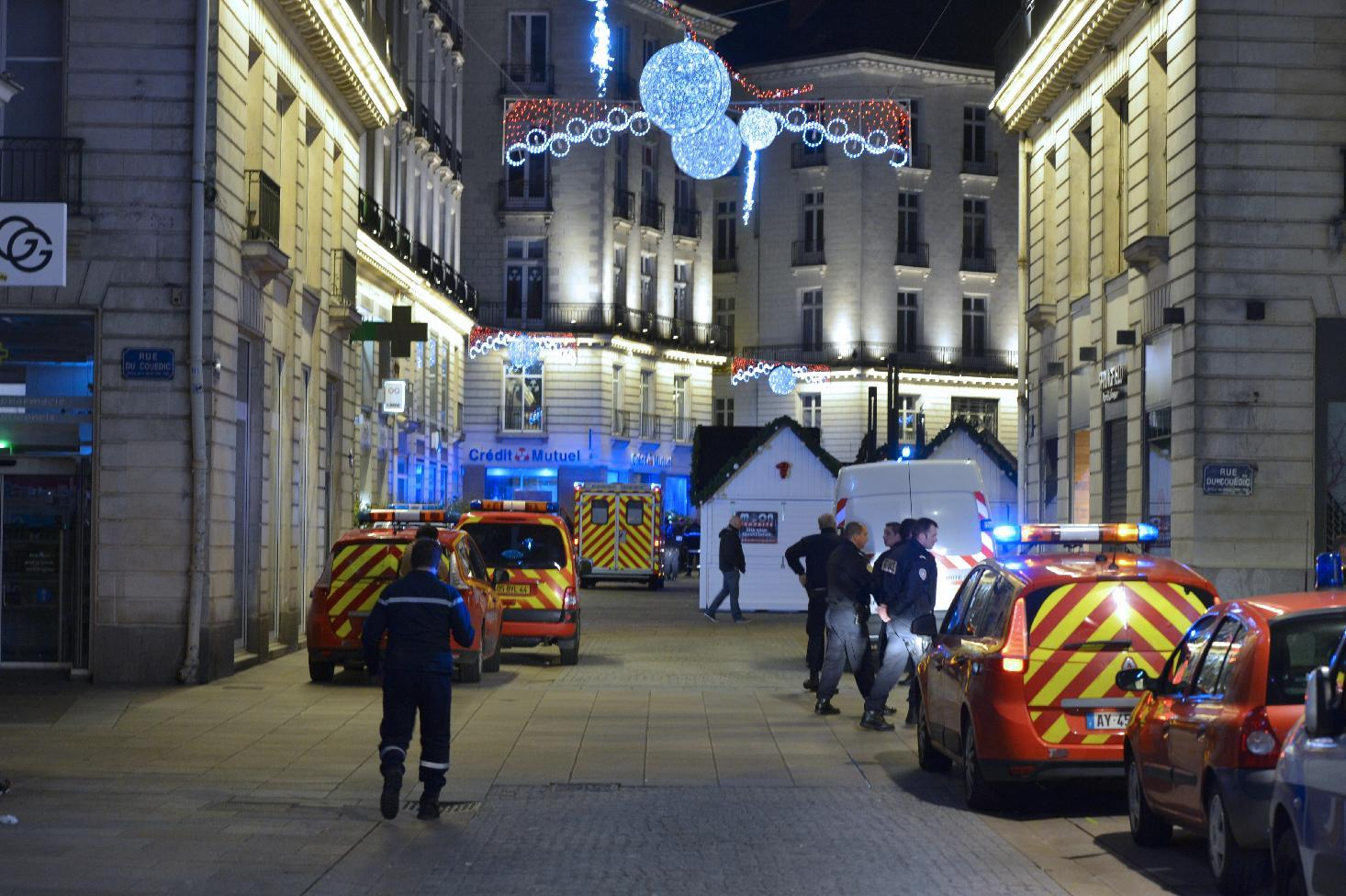 Police stand on the site where the driver of a van ploughed into a Christmas market, injuring at least 10 people, before stabbing himself, in Nantes on December 22, 2014 (AFP Photo/Georges Gobet)
