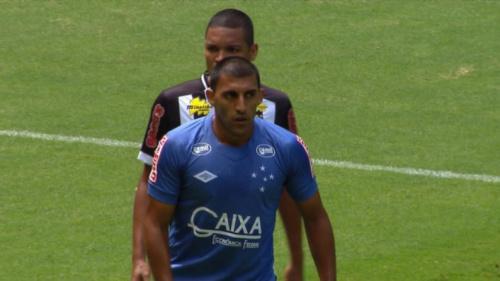Na volta de Fábio, Cruzeiro joga para o gasto e supera o Democrata