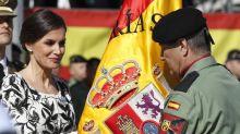 La reina Letizia entrega la bandera al regimiento Nápoles de Paracaidistas