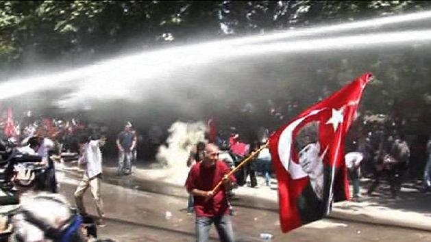 Turkish protesters swarm Istanbul