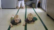 Viral por partida doble: padres se divierten fotografiando a sus pequeños gemelos