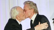 Kirk Douglas cumple 101 años y esta es su foto más tierna