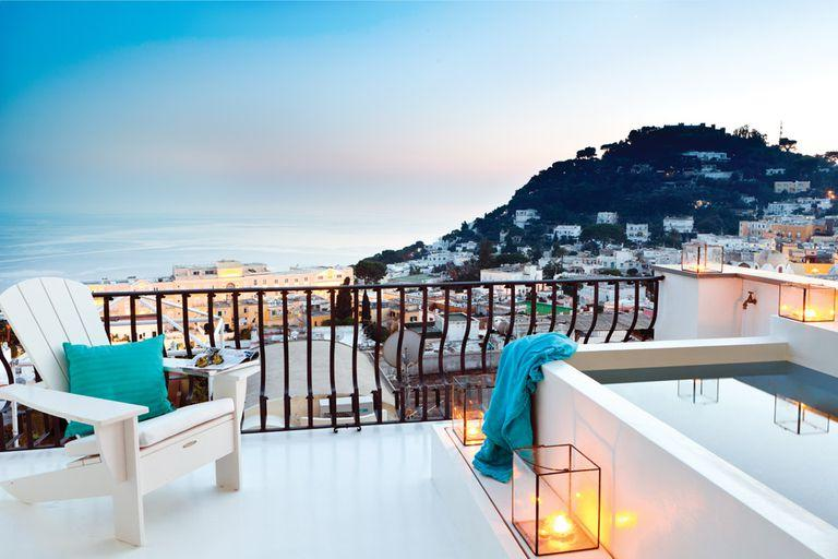 Majestuosa, la terraza es abrazada por la extensa vista que abarca la centenaria Piazzeta de Capri, parte de la isla de Sorrento y hasta los Faraglioni en la Bahía de Napolés, todo un símbolo de la región. Como un lujo adicional, los arquitectos diseñaron una pequeña piscina revestida en resina