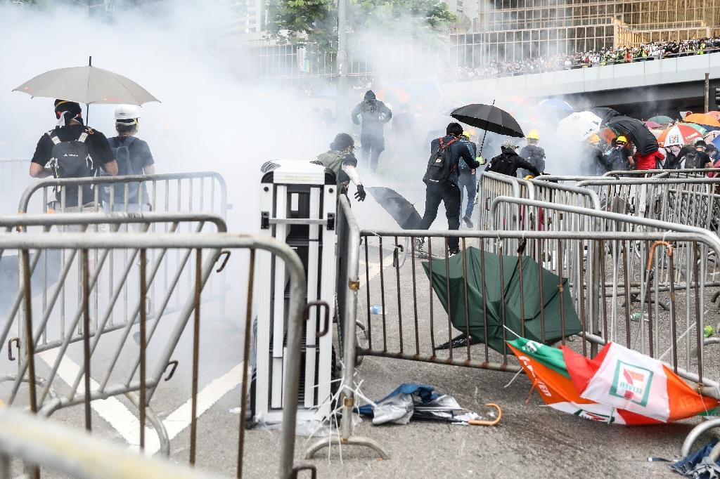 Police used tear gas, pepper spray and batons to break up crowds (AFP Photo/DALE DE LA REY)