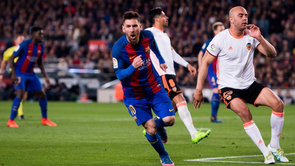 Messi iluminó a un Barcelona que sigue prendido