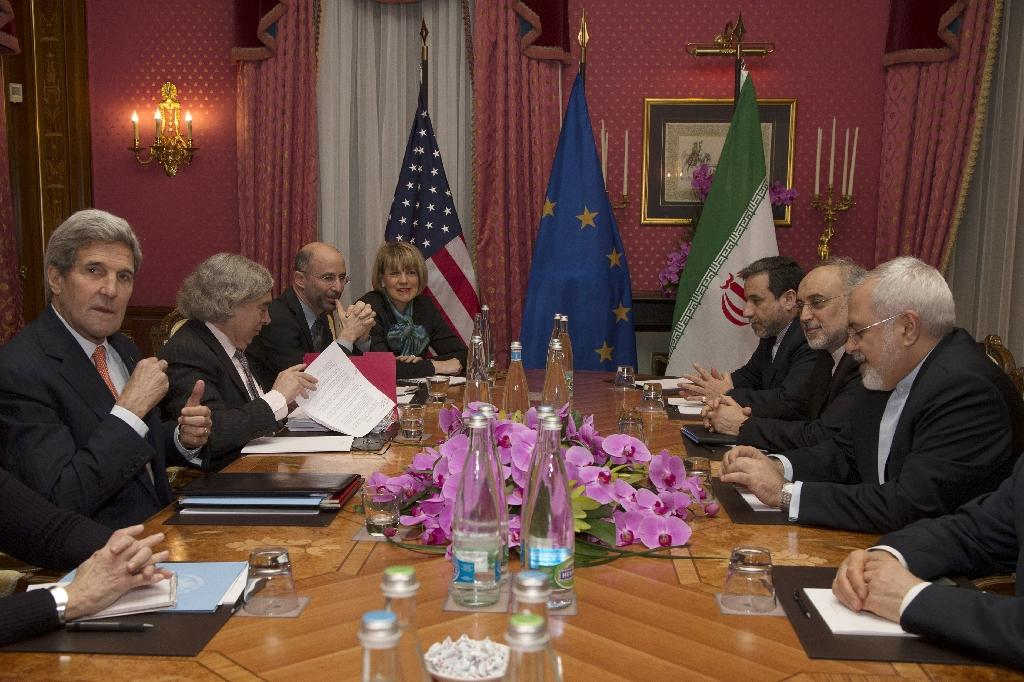 United States Secretary of State John Kerry (L) sits with his delegation during a negotiation meeting concerning Iran's nuclear program with Iran's Foreign Minister Javad Zarif (R) in Lausanne on March 19, 2015 (AFP Photo/Brian Snyder)