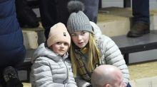 Süß! Hier spielt Prinzessin Estelle mit ihrer großen Cousine