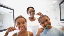 Tornar a escovação divertida é uma ótima ideia para a saúde bucal infantil