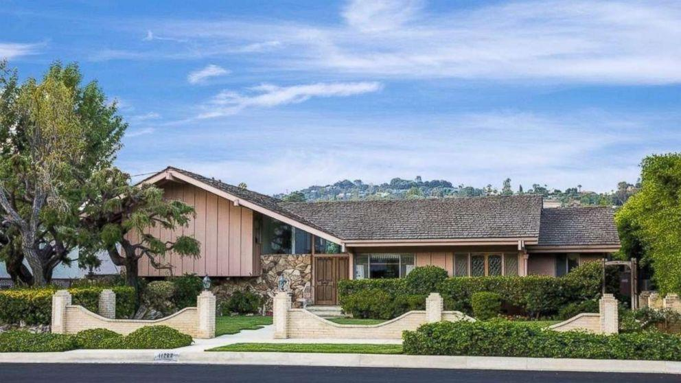 you can now live in 39 the brady bunch 39 house for nearly 2 million. Black Bedroom Furniture Sets. Home Design Ideas