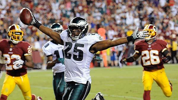Frenetic Eagles roll past RG3, Redskins 33-27