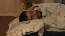 Tatá flagra Rafa dormindo no chão do quarto da filha: 'Cansado'