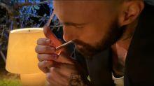 Adam Levine, do Maroon 5, aparece fumando maconha em novo videoclipe