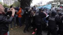 Manifestantes toman la principal avenida de Buenos Aires en protesta por crisis