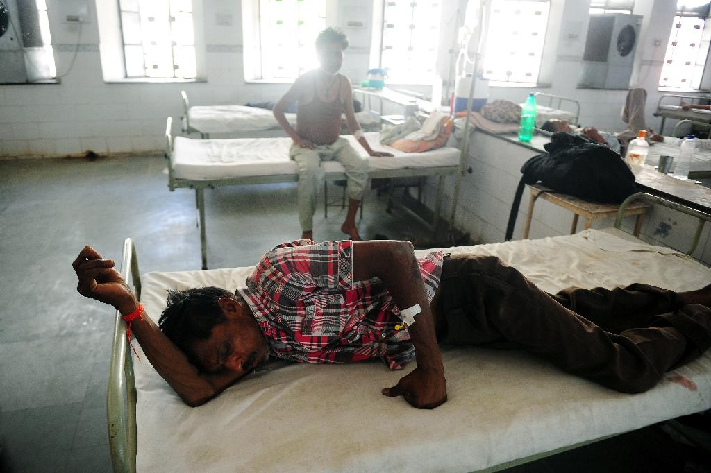 A patient struggles to cope with the heatwave as he lies on a hospital bed in Allahabad, northern India, on May 28, 2015 (AFP Photo/Sanjay Kanojia)