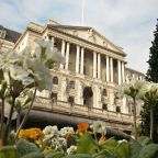 Bank of England Salutes U.K. Recovery but Keeps Policy Steady