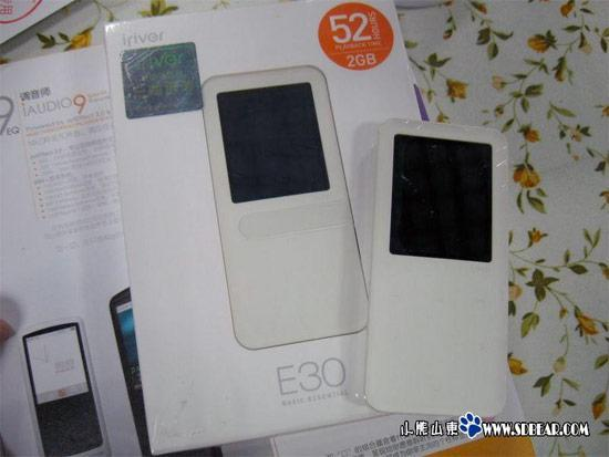 iriver E30 ships in China, gets handled in the wild