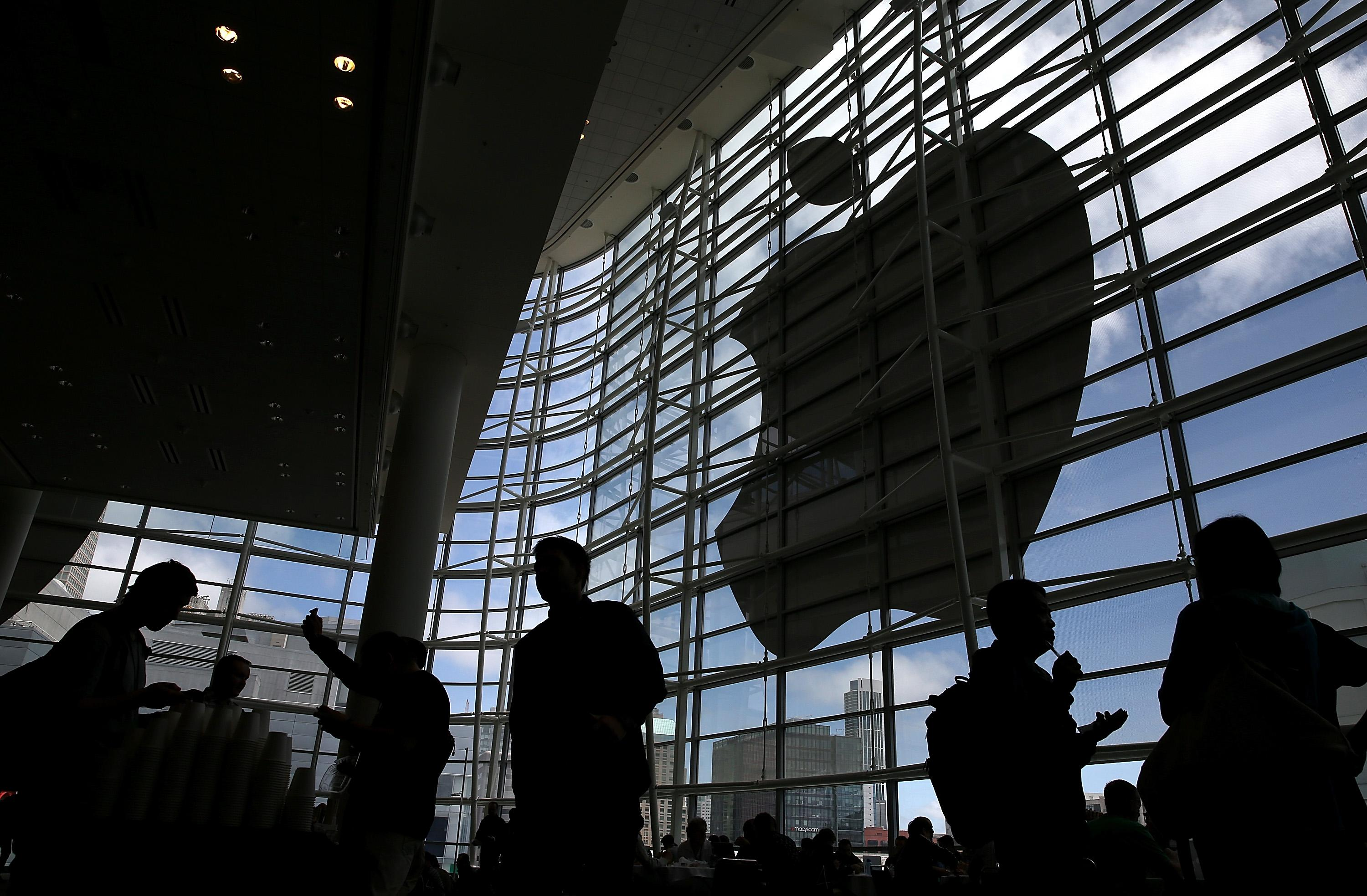 Attendees gather at the Apple Worldwide Developers Conference at the Moscone West center on June 2, 2014 in San Francisco, California (AFP Photo/Justin Sullivan)