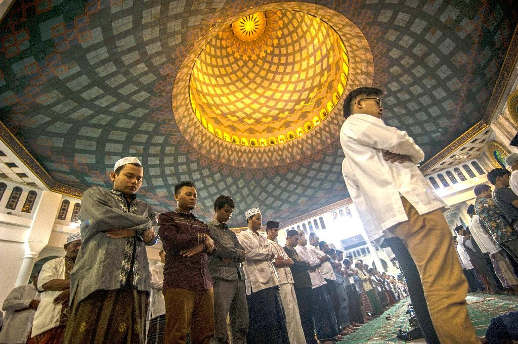 Indonesian Muslims hold prayers to mark the start of the holy month of Ramadan at the Al Akbar mosque in Surabaya on June 5, 2016 (AFP Photo/Juni Kriswanto)