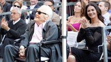 A sus 101 años, Kirk Douglas reaparece sonriente y feliz acompañando a Michael en el Paseo de la Fama