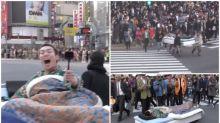 【有片】日本YouTuber玩大咗 渋谷馬路瞓大床警方介入