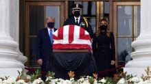 Sous les huées, Donald Trump se recueille devant le cercueil de Ruth Bader Ginsburg