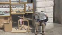 El misterioso Bansky aparece en Venecia tras un periódico cubierto con un gorro y una gabardina