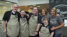 Donos de cafeteria resolvem empregar apenas pessoas com deficiência