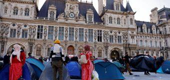 Des migrants s'installent devant la mairie de Paris