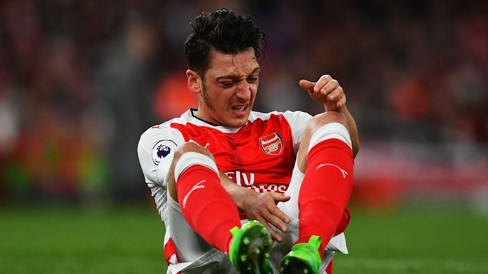 Wenger apologises for petulant Ozil and urges Oxlade-Chamberlain to stay