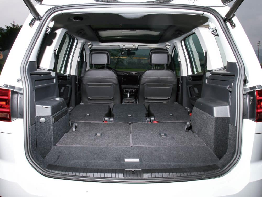 將後座完全傾倒擁有1857公升超大容量的空間,使得出遊與載物具有靈活的便利性。