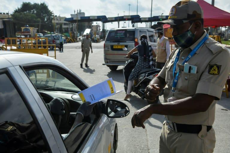 Police stop people travelling to Bangalore and direct them to undergo coronavirus screening (AFP Photo/Manjunath Kiran)