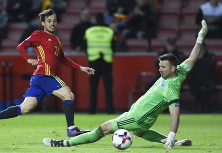 David Silva anota el primer gol de España con un remate entre las piernas del portero israelí Ofir Marciano en un partido por las eliminatorias de la UEFA al Mundial 2018