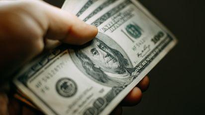 Ce milliardaire distribue son argent dans la rue