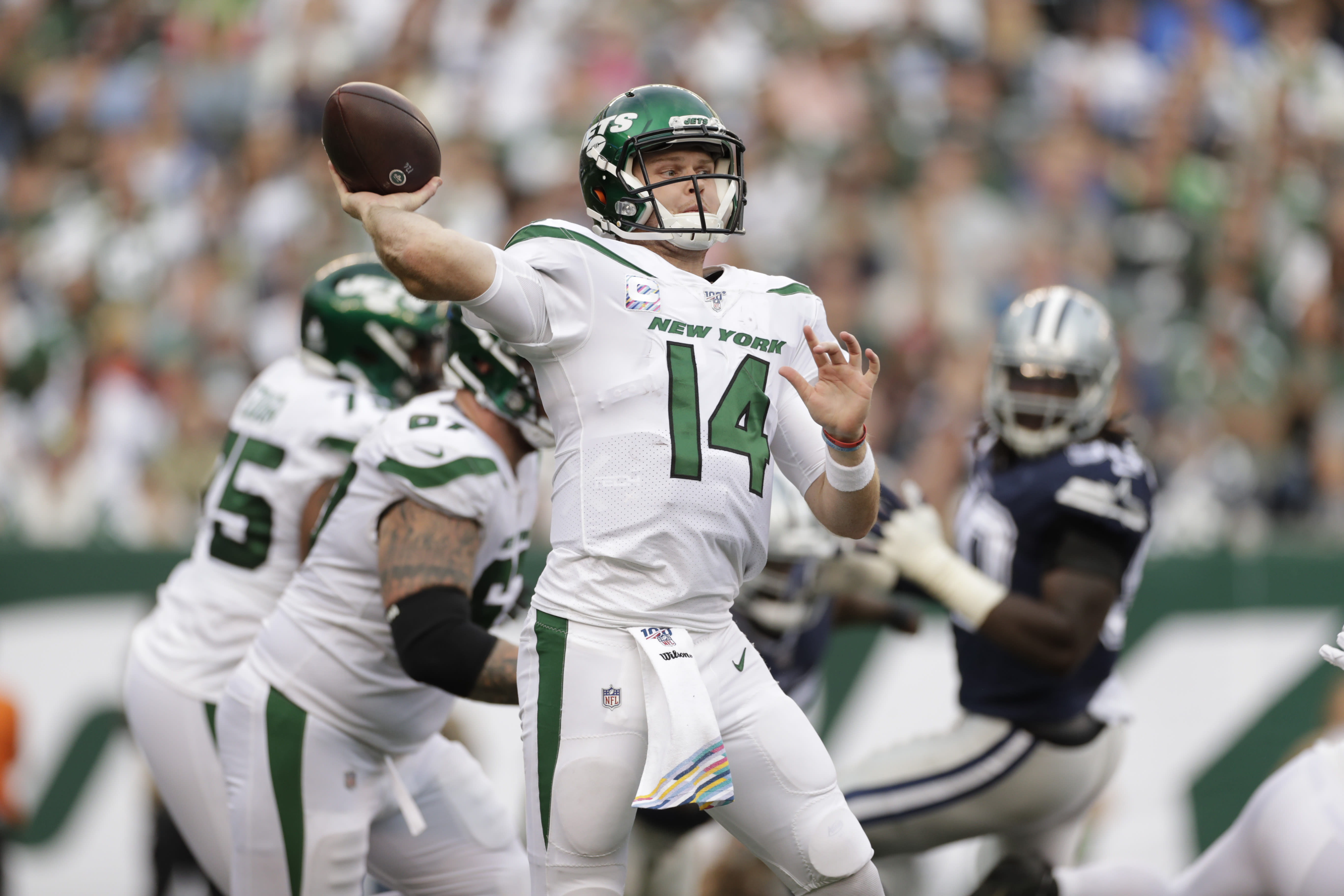 New York Jets quarterback Sam Darnold throws during the first half of an NFL football game against the Dallas Cowboys, Sunday, Oct. 13, 2019, in East Rutherford, N.J. (AP Photo/Adam Hunger)