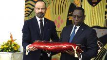 La France remet au Sénégal un sabre chargé d'histoire, symbole de la restitution à venir de son patrimoine à l'Afrique