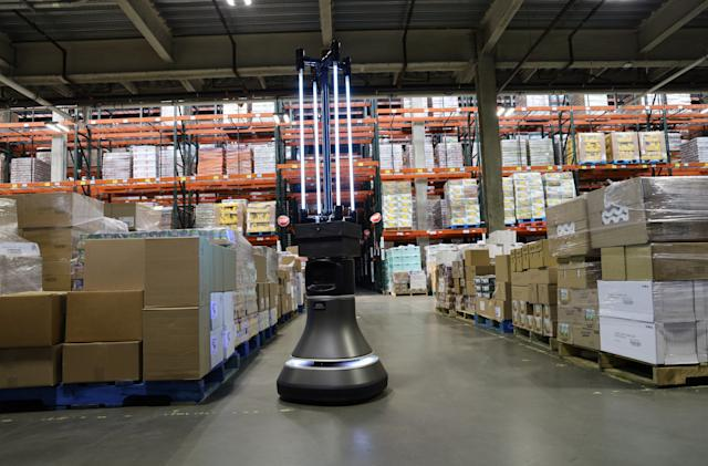 Autonomous robot uses UVC light to disinfect warehouses