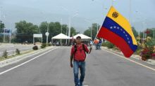 Los venezolanos se preparan ante una tensa oferta de ayuda