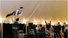 Noivos arrasam com coreografia surpresa em festa de casamento