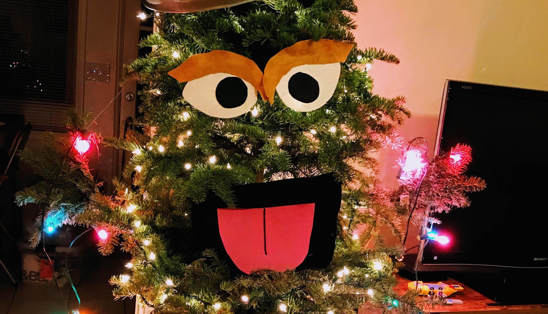dieser weihnachtsbaum sieht aus wie oscar aus der sesamstra e. Black Bedroom Furniture Sets. Home Design Ideas
