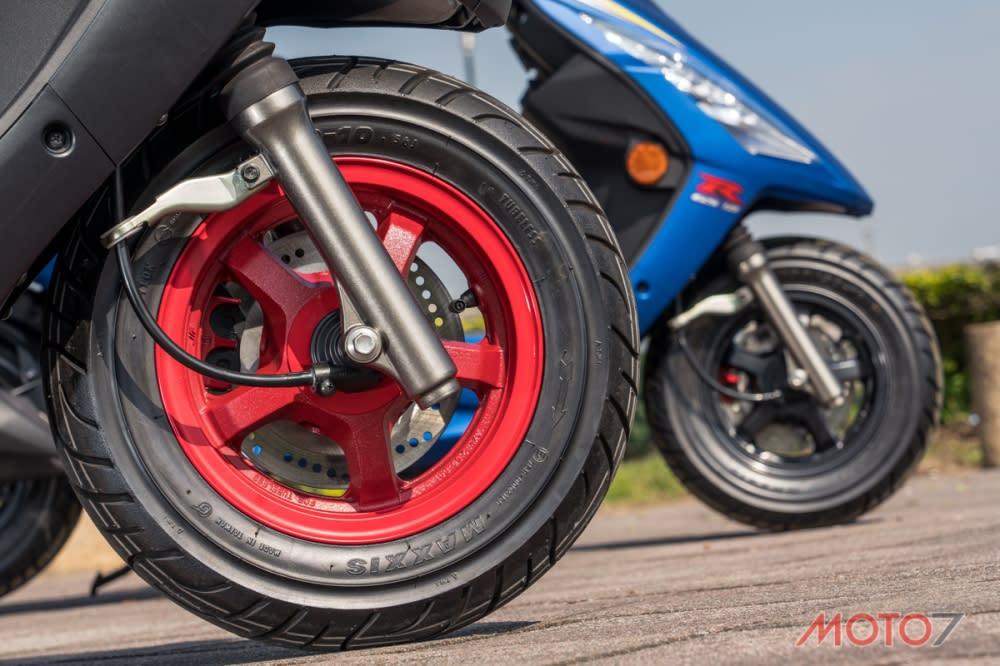 消光黑配色搭載紅色輕量化五爪鋁圈。