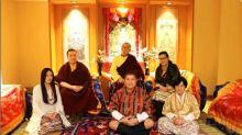 Monge tibetano abre mão da vida monástica para casar-se com amor da infância