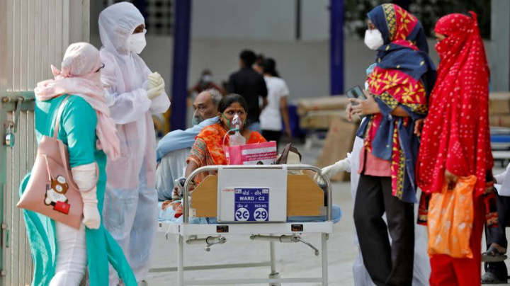 Hospitales indios abrumados por aumento casos COVID ante escasez de camas y oxígeno