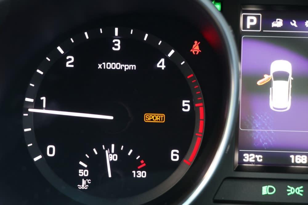 當Sport Mode開啟時儀表板會亮起橘色燈號提醒,此時變速箱反應更為激進、方向盤輔助力道也會隨著降低