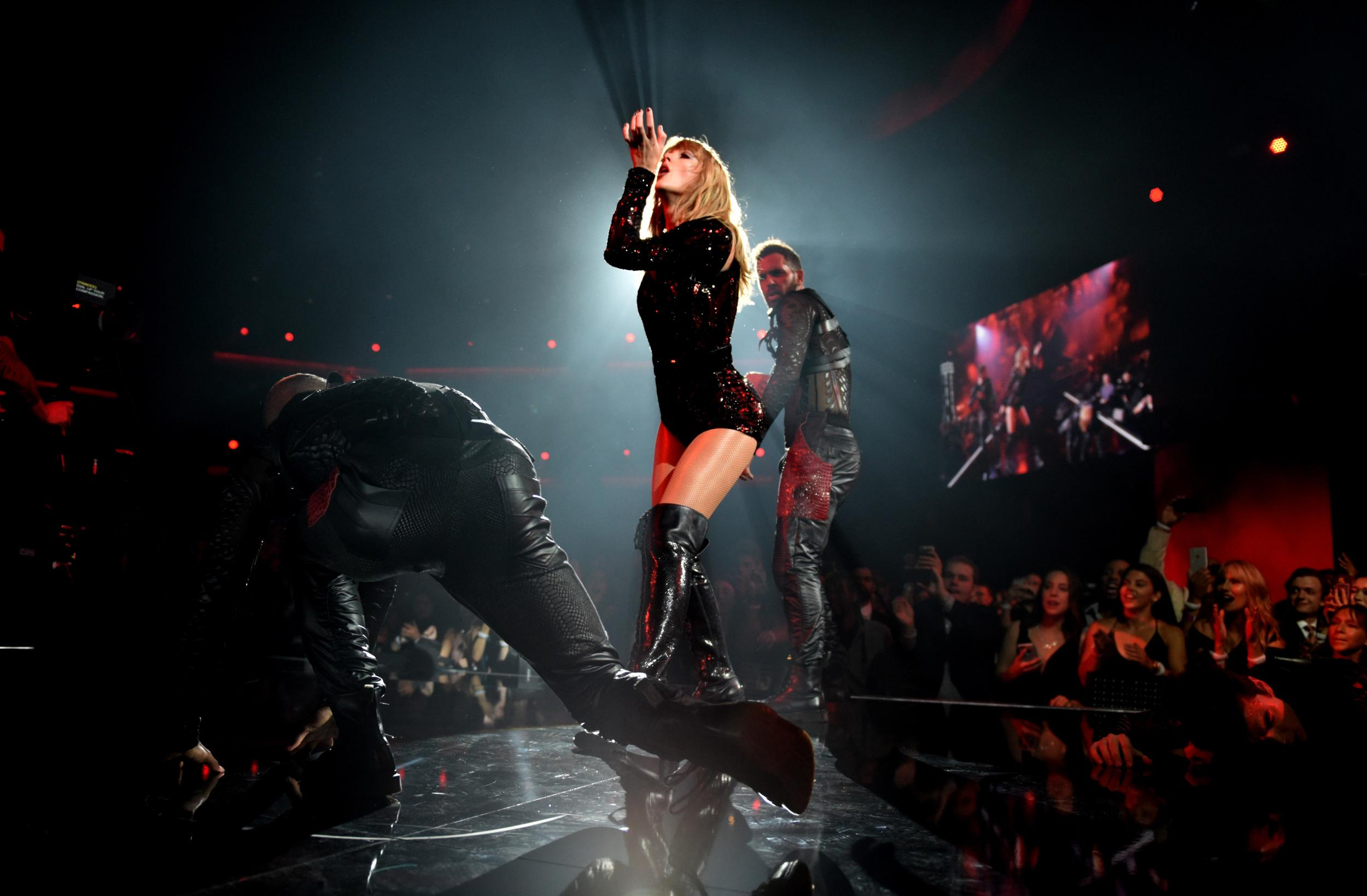 LOS ANGELES, CA - OCTOBER 09:  Taylor Swift performs onstage during the 2018 American Music Awards at Microsoft Theater on October 9, 2018 in Los Angeles, California.  (Photo by John Shearer/AMA2018/Getty Images For dcp)