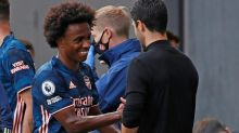Com passes e gol de brasileiros, Arsenal estreia com vitória no Campeonato Inglês