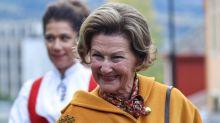 Primeras imágenes de Sonia de Noruega tras el ingreso del rey Harald: 'Pronto estará en pie'