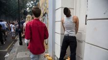 Un método poco convencional para que la gente deje de orinar en las calles de París