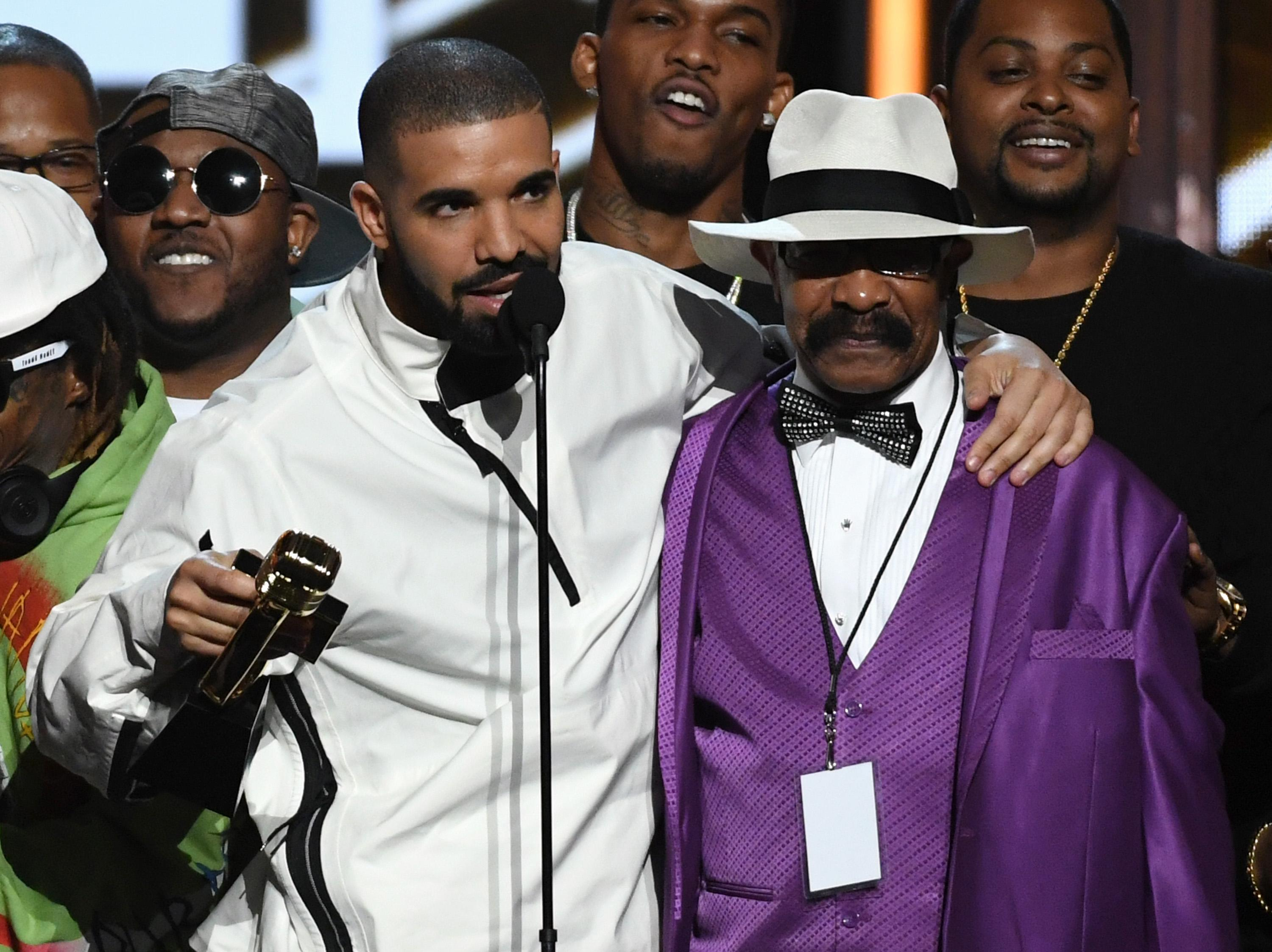 Drake responds after dad says rapper made up absentee father claims to sell records: 'So hurt' - Yahoo Entertainment